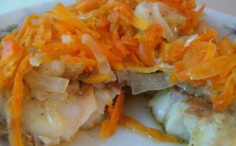 Полезная и вкусная еда на столе — запеченный в духовке минтай