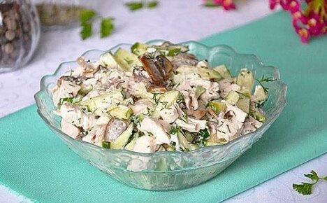 Прекрасное блюдо для настоящих гурманов — салат с курицей и грибами