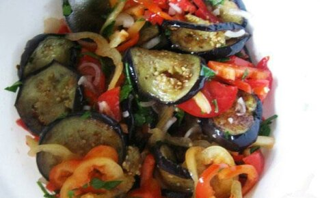 Салат с баклажанами и помидорами – наилучшая выборка рецептов