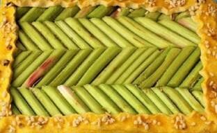 Открытый песочный пирог с ревенем