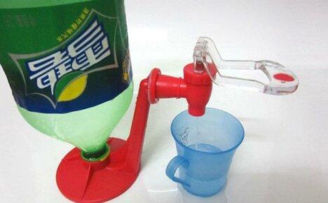 Для удобства использования пластиковых бутылок покупаем подставку-кран из Китая