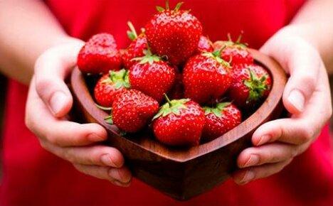 Клубника является не только вкусной, но и полезной ягодой
