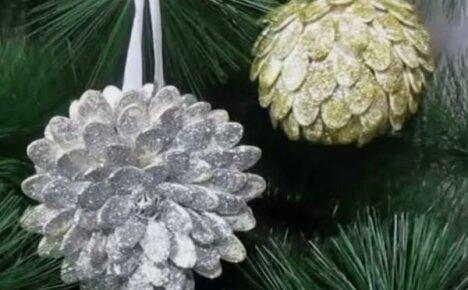 Делаем оригинальные елочные игрушки из тыквенных семечек – объемный шар и шикарную хризантему