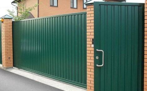 Что учитывать при выборе ворот из профнастила с калиткой?