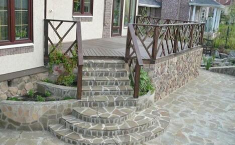 Элитное бетонное крыльцо украсит дом на дачном участке