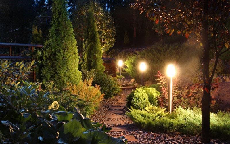 освещение вдоль садовой дорожки