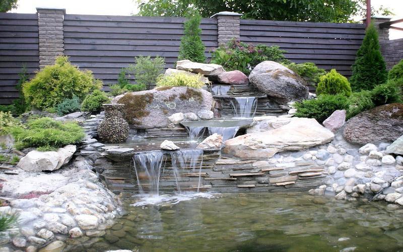 водоем с водопадом