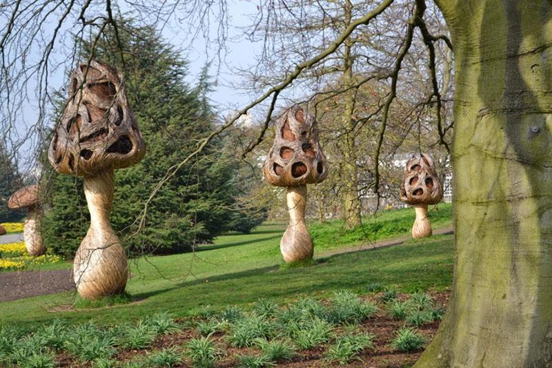 скульптуры вдоль садовой дорожки