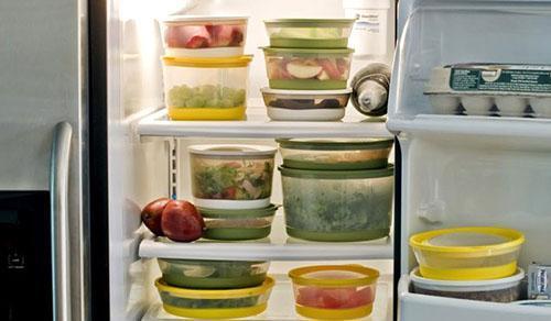 Держать разные продукты в морозильной камере нужно в герметической упаковке