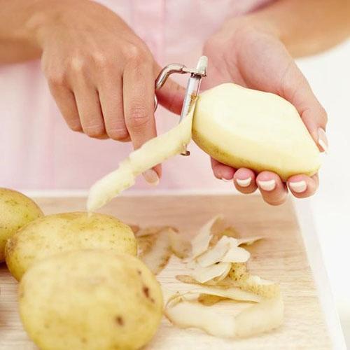 Для лечения желудка используют сок сырого картофеля