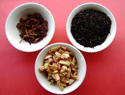 Для приготовления напитка используют свежие яблоки, листовой чай и корицу