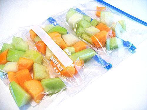 Небольшие ломтики дыни замораживают в герметических упаковках