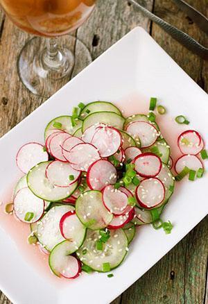 Салат из редиса, огурца и лука