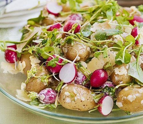 В салаты используют не только сочный корнеплод, но и зелень редиса