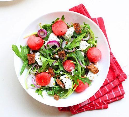 Пикантный салат из ржаных сухариков, зеленой рукколы и арбуза
