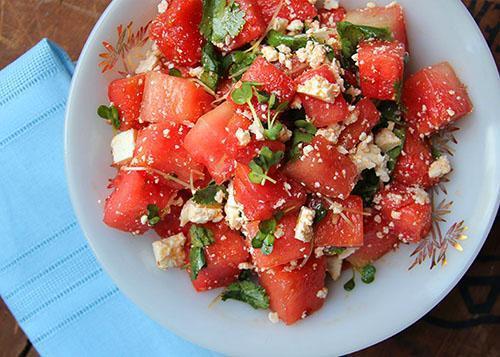 Полезный салат из арбуза и сыра