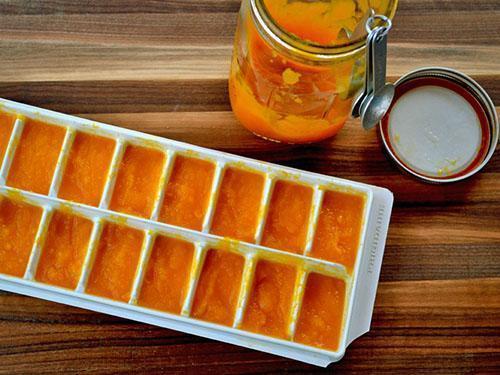 Пюре тыквы выложить в порционные формы и отправить в морозилку
