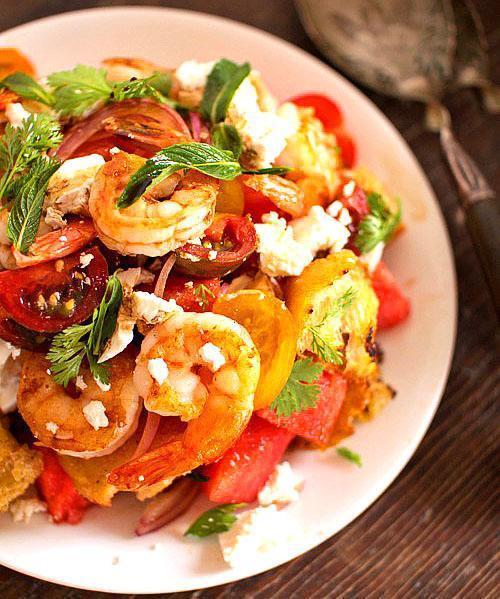 Салат из креветок, томатов и арбуза