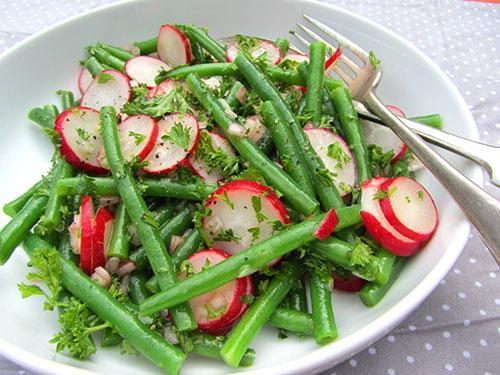 Салат из отварной фасоли и свежего редиса