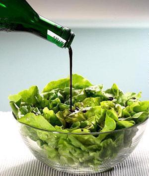 Заправка салата маслом из тыквы делает его вкус насыщенным