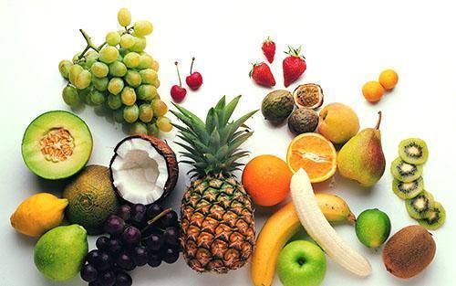 Ананас включают в диету вместе с другими фруктами и ягодами