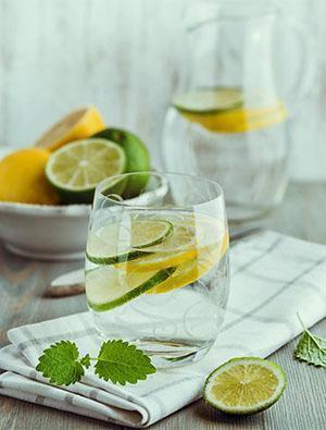 Лимонный напиток дает хороший эффект при пониженной кислотности желудка