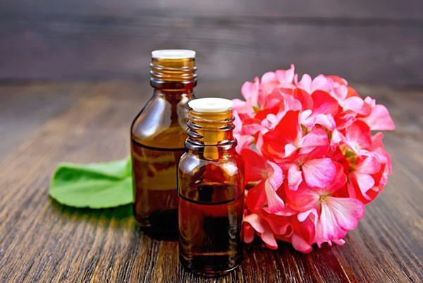 Масло герани используют при головных болях