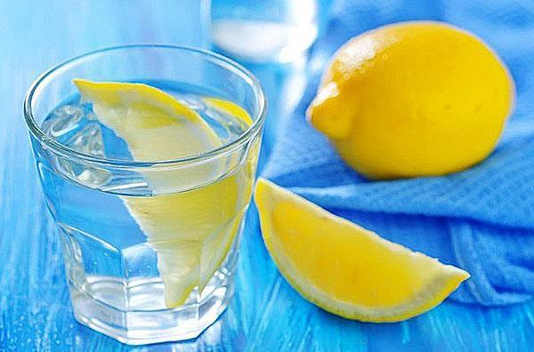 В лимонную воду можно добавлять имбирь и мед