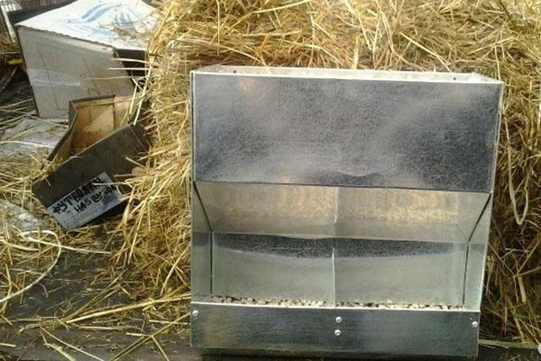 Бункерная кормушка для сыпучих кормов