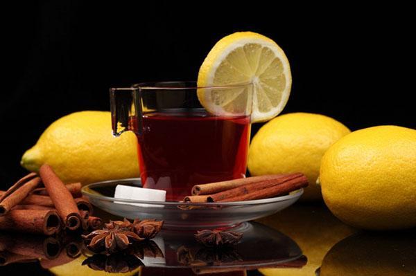 Черный чай с корицей и лимоном
