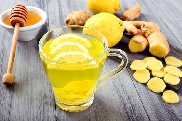 Приготовление чая с лимоном и имбирем