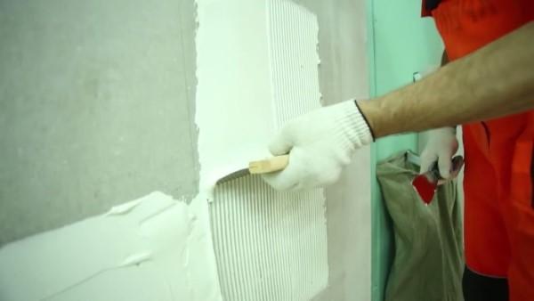 Белый клей намазываем на стену