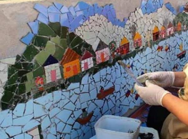 Выкладывание мозаики на стене