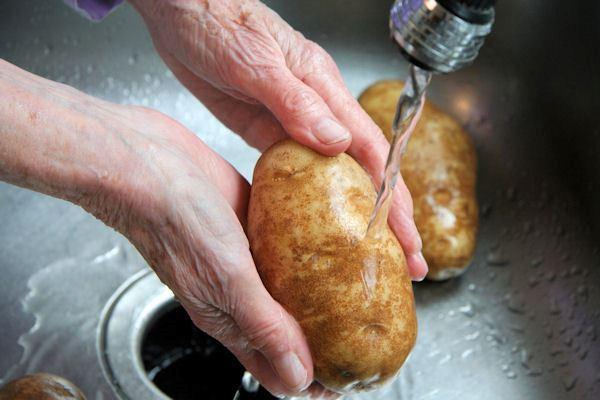 Перед проращиванием картофель моют