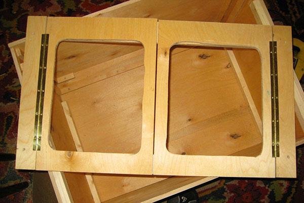 Изготовление сетчатых окошек в дверцах