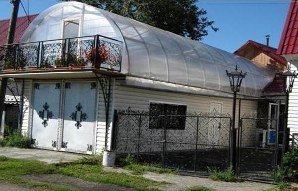 Теплица на крыше гаража