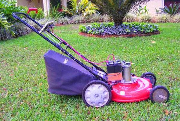 Компактная газонокосилка нужна для ухода за газоном