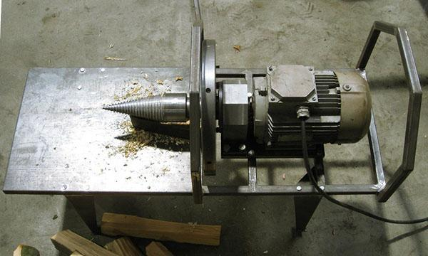 Конусный дровокол используют для раскалывания больших чурок