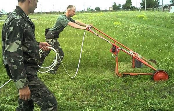 Обработка участка самодельной газонокосилкой