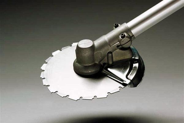 Проверка работы режущего элемента бензокосы