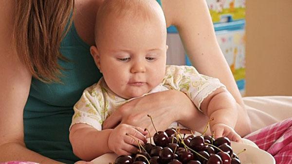 малыш ест вишню