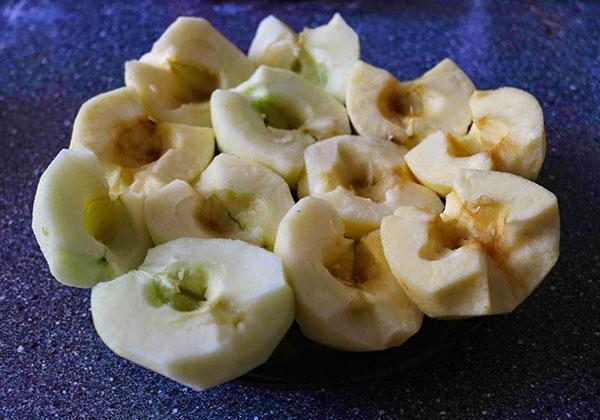 чистим яблоки для компота