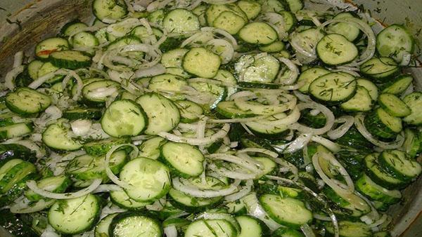 добавляем специи в салат