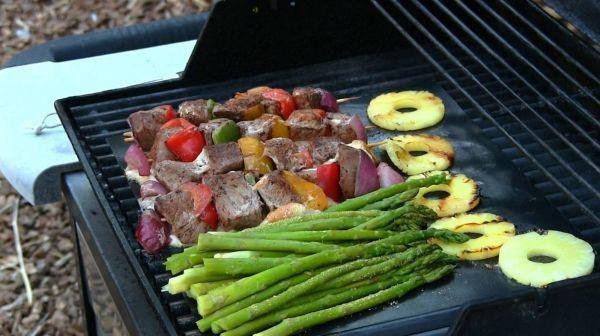 овощи и мясо на коврике