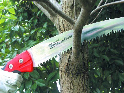 ножовка в работе