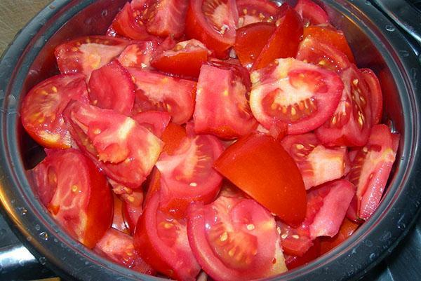 разрезать помидоры на куски