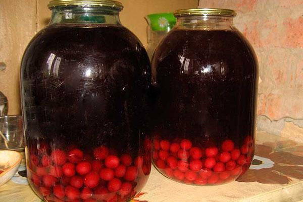 банки с вишневым компотом