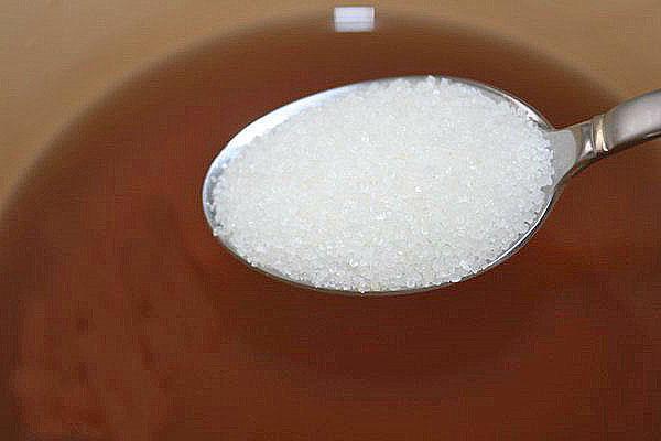 добавляем сахар в сок