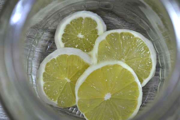 кладем лимон в банку