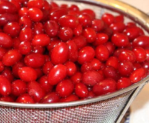 помыть ягоды кизила